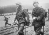 Po lewej dowódca drużyny z Kampfgruppe Hansen, w tle strzelec MG42.