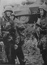 Na zdjęciu widoczny Browning HP, żołnierz po prawej został przeniesiony z jednostki Luftwaffe do dywizji SS. Ze względu na braki sprzętowe jego umundurowanie(hełm M42 z kalkomanią Luftwaffe) (bluza lotnicza Fliegerbluse(?) z pałatką Zeltbahn) bardziej przypomina to typowe dla dywizji polowych niż dla SS.